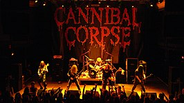 "Cannibal Corpse live in 2007van links naar rechts: Rob Barrett, Alex Webster, Paul Mazurkiewicz, George ""Corpsegrinder"" Fisher en Pat O'Brien"