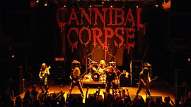 "Cannibal Corpse esiintymässä vuonna 2007Vasemmalta oikealle: Rob Barrett, Alex Webster, Paul Mazurkiewicz, George ""Corpsegrinder"" Fisher ja Pat O'Brien"