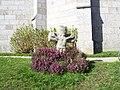 Caouënnec. Croix courte de l'église avec bruyere.jpg
