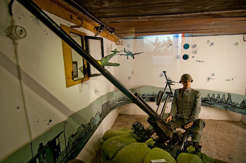 File:Casemate museum Kornwerderzand, Afsluitdijk (9787900651).jpg