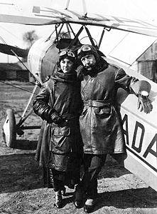 Charles Nungesser et sa fiancée - Morane, 1923.jpg