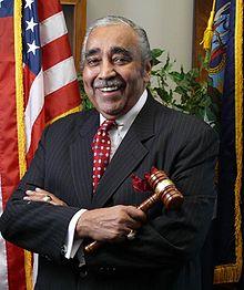 Officiële pose van Rangel met een hamer, gekleed in een pak en voor een Amerikaanse vlag
