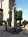 Chassiers - Monument aux morts et église Saint-Hilaire.jpg