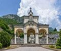 Cimitero monumentale con montagna Gargnano.jpg
