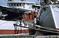 Collectie NMvWereldculturen, TM-20020651, Dia, 'Buginese prauwen langs de kade in de haven Sunda Kelapa', fotograaf Henk van Rinsum, 1980.jpg
