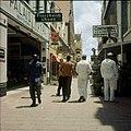 Collectie Nationaal Museum van Wereldculturen TM-20029821 De winkelstraat Heerenstraat Willemstad Boy Lawson (Fotograaf).jpg