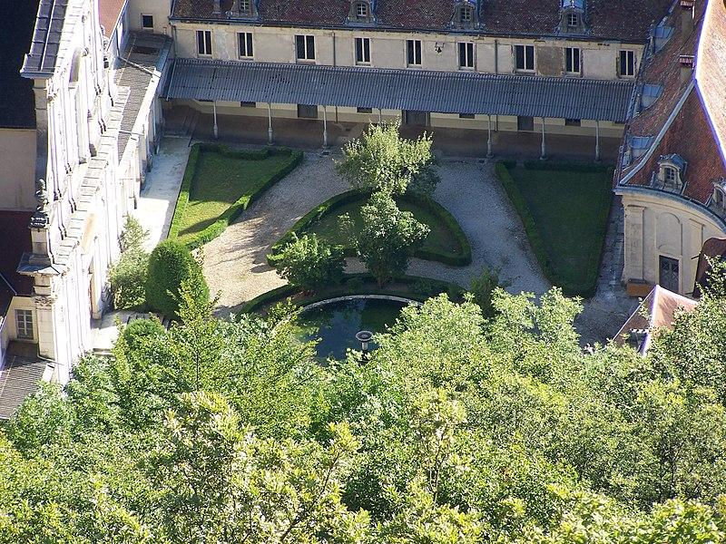 Cour d'honneur de la Chartreuse de Sélignac 01