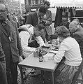 Dam tot Dam race , eerste dag, Dick van Rijn (AVRO) op Dam. Hij zal als passagie, Bestanddeelnr 910-6151.jpg