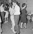 Dansende paren tijdens een feestje in huiselijke kring, Bestanddeelnr 255-4337.jpg
