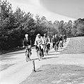 De Pers op NS-fietsen bij Ede, fietsers in het bos, Bestanddeelnr 927-1522.jpg