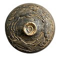 Deksel in geverfd aardewerk met jachtscène in barbotineversiering, 100 tot 200 NC, vindplaats- Lauw, Hoeise Kassei, 1989, kelder 3, collectie Gallo-Romeins Museum Tongeren, GRM 10715.jpg