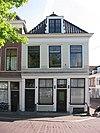 foto van Hoekpand Molenstraat onder schilddak. Gepleisterde lijstgevels. Goede onderpui met geprofileerde puibalk