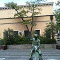 """Delphinbrunnen - im Volksmund """"Der Sitzpinkler vorm Art Babel"""".jpeg"""