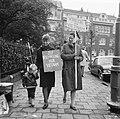 Demonstranten voor het Amerikaanse consulaat te Amsterdam (tegen politiek Vietna, Bestanddeelnr 918-2396.jpg