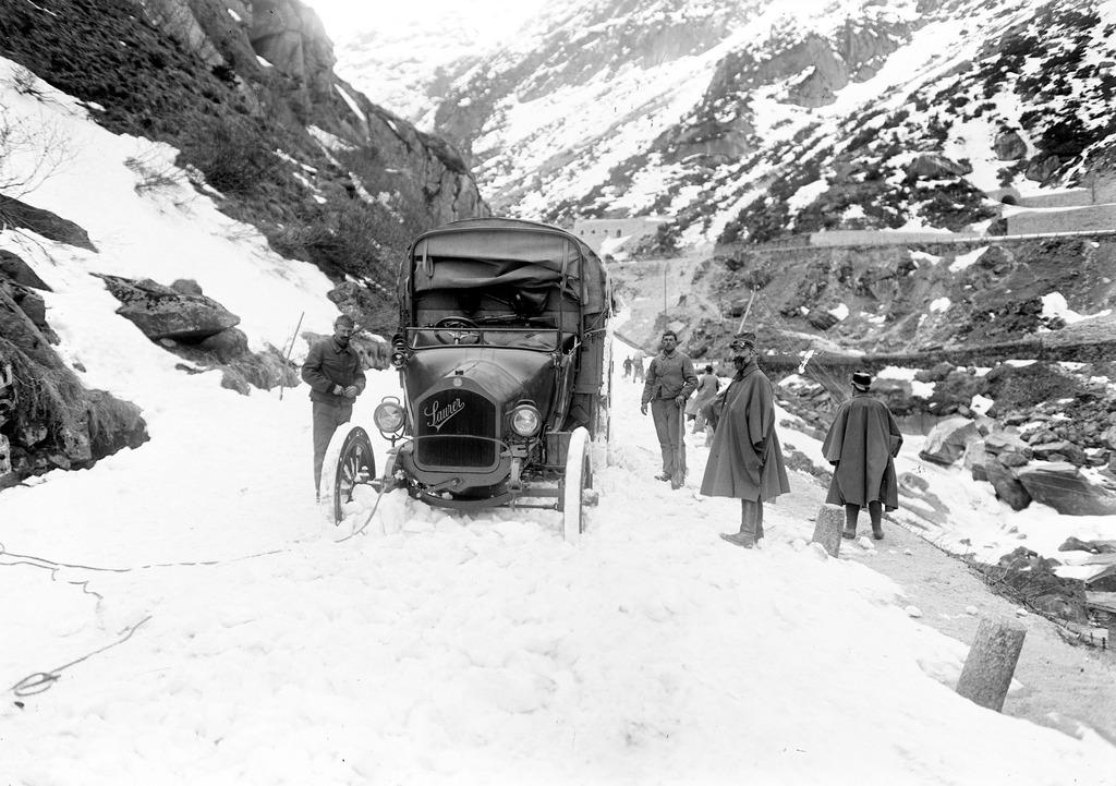 File:Der Saurer-Lastwagen im Schnee auf der
