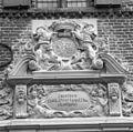 Detail van het ornament boven de ingangspartij, na restauratie van de natuursteen - 's-Heerenberg - 20335157 - RCE.jpg