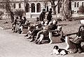 Dijaki šole Otona Župančiča iz Maribora, ki so pomagali pri urejanju parkov, ob počitku 1962.jpg