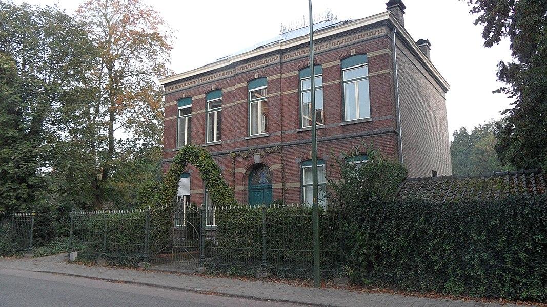 Voormalige dokterswoning, Pastoor de Katerstraat 1, Baarle-Hertog. Gebouwd circa 1897 in eclectische stijl.