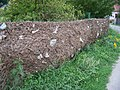 Dolany (ME), povodňové nánosy na plotu.jpg