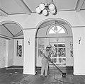 Een bediende bezig met het schoonmaken van de hal van het paleis van de gouverne, Bestanddeelnr 252-2492.jpg