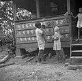 Een hindoestaans gezin maakt een handafdruk op een woning van een landarbeider w, Bestanddeelnr 252-6521.jpg