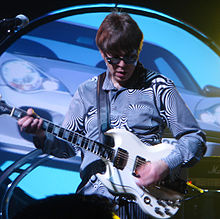 Description de l'image Elliot-easton-performs-with-the-new-cars-2006.jpg.