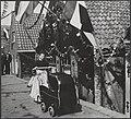 Feestelijkheden in Volendam na de bevrijding. Uit rijden met de baby, Bestanddeelnr 512 095.jpg