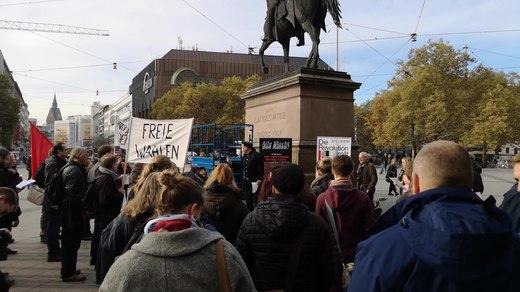 File:Flashmob DieRevolutionRollt 1918 in Hannover.webm