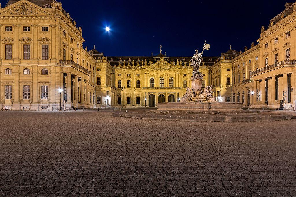 Residenzplatz mit Frankoniabrunnen, dahinter Würzburger Residenz (bei Nacht)