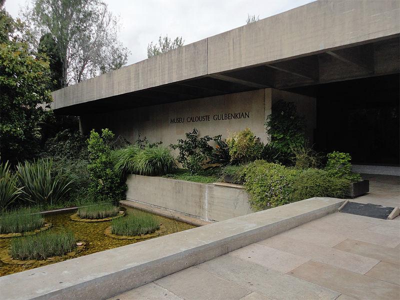 Entrée du musée Calouste Gulbenkian à Lisbonne. Photo de Manuelvbotelho.