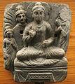 Gandhara, buddha nella posizione del loto con vajrapani e adoranyi.JPG
