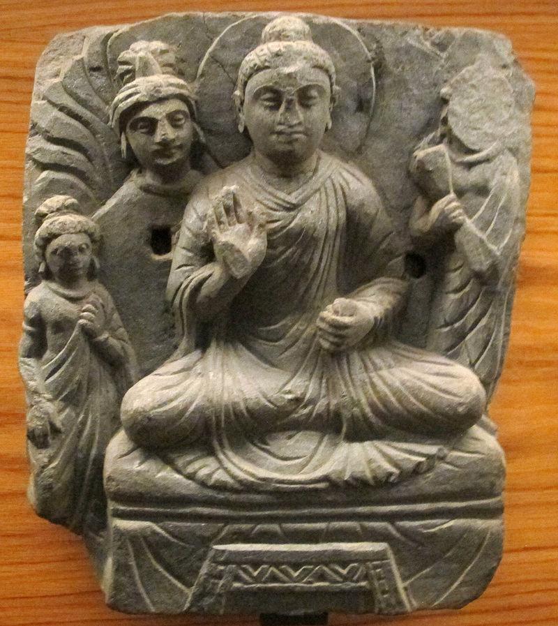 Gandhara, Buddha i lotusställning med Vajrapani och adoranyi.JPG