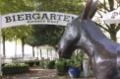 Gaststätte (Biergarten) Grauer Esel Statue und Schild.png