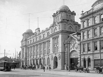 Britomart Transport Centre - General Post Office building in 1911, with the entrance to the Queen Street railway station to the right