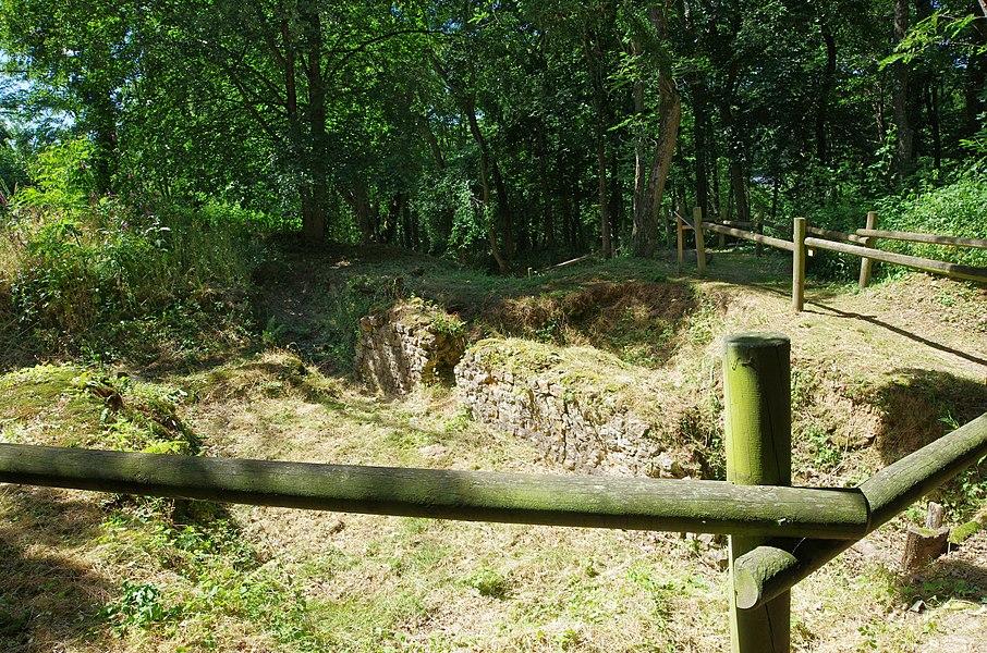 Amphithéâtre Gallo-Romain de Gennes (Maine-et-Loire).  C'est un demi amphithéâtre adossé à la colline de Mazerolles au sud du bourg de Gennes.  Des fouilles récentes montrent que cet amphithéâtre construit à la fin du pemier siècle fut utilisé jusqu'au début du troisième siècle (comme l'indique les éléments mobiliers, monnaies et poteries, retrouvés).   En 1837, des vestiges du grand mur sont signalés par l'abbé Pinson, dans la colline de Mazerolles. Les premières fouilles débutent en 1862 sous l direction de Charles d'Achon.  En 1873 et 1883, avec l'aide de monsieur Paul de Farcy, quelques murs sont mis au jour.  En 1898 et 1901, une grande partie du mur d'enceinte sera dégagée.   Le premier plan du site est réalisé par G. Dufour en 1931.  En 1980, la municipalité de Gennes devient propriétaire du site.   De nouvelles fouilles sont effectuées de 1985 à 1990. Certaines parties ont été ré-enfouies par mesure conservatoire.    Amphitheatre Gallo-Romain of Gennes (Maine-et-Loire).  This is a semi amphitheater backs onto the hill of Mazerolles south of the town of Gennes. Recent excavations indicate that this amphitheater built in the late 1st century was used until the early third century (as indicated movable Elements, coins and pottery, find yourself).  In 1837, the remains of the Great Wall are reported by Father Finch, in the hill of Mazerolles. The first excavations began in 1862 under the direction of Charles Achon.  In 1873 and 1883, with the help of Mr. Paul de Farcy, some walls are uncovered.  In 1898 and 1901, much of the enclosure wall is clear.  The foreground on the site is carried out by G. Dufour in 1931.  In 1980, the municipality of Gennes becomes the owner of the site.  New excavations are carried out from 1985 to 1990. Portions were re-buried by protective measures.