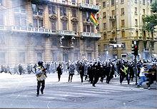 Una carica dei carabinieri nei giorni del G8 di Genova