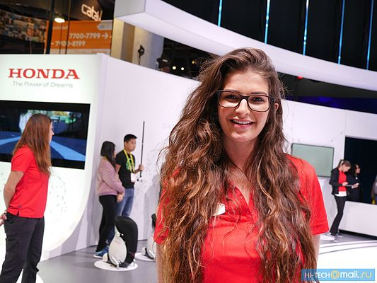 Girl of CES 2017 02.jpg