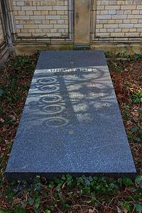Grave of August Kiss at Alter St.-Matthäus-Kirchhof Berlin 2012.jpg