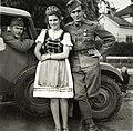 Híradós katonák és helybéli leányok a Károlyi-kastély parkjának bejárata előtt a magyar csapatok bevonulása idején. Fortepan 76930.jpg