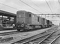 HUA-167369-Afbeelding van de diesel electrische locomotieven nrs 2402 en 2401 serie 2400 2500 van de NS met een rijtuig tijdens een proefrit te Almelo.jpg