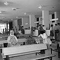 Hadassah universitair medisch centrum Ontvangsthal met banken en de informatieb, Bestanddeelnr 255-4928.jpg