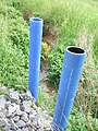 Hainbach oberhalb Kolk blaue Plastikrohre.jpg