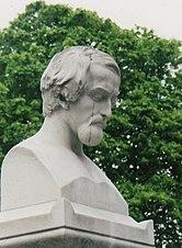 Byste på Heines grav på Nordkirkegården i Paris