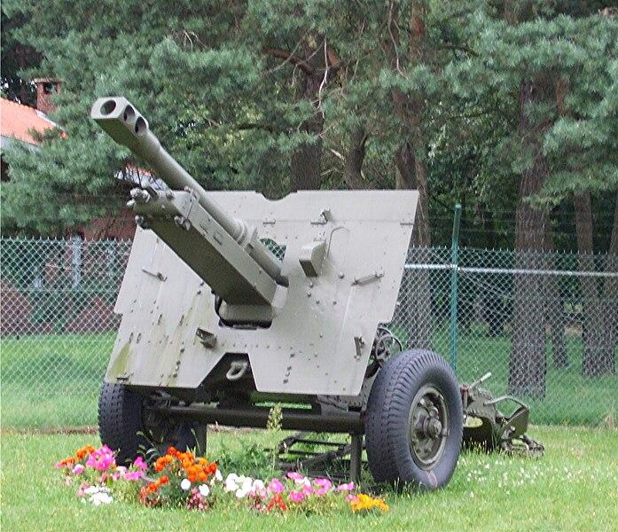 Altes Geschütz vor der Kaserne in Helchteren