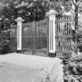 Houten toegangshek bij de begraafplaats aan de Rijksstraatweg - Baambrugge - 20026749 - RCE.jpg