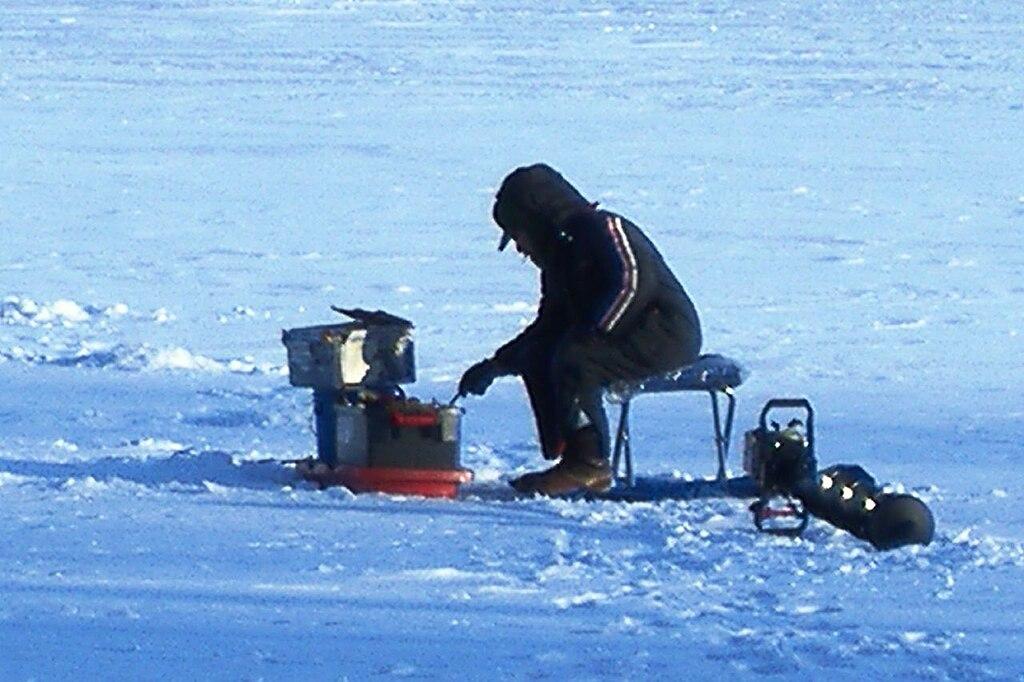 File ice fishing lake harriet 2007 01 wikimedia for Mn ice fishing regulations
