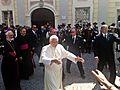 Il Papa saluta i fedeli in Piazza Seminario.jpg