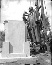 Installing the George Washington statue for the A-Y-P - 1909.jpg
