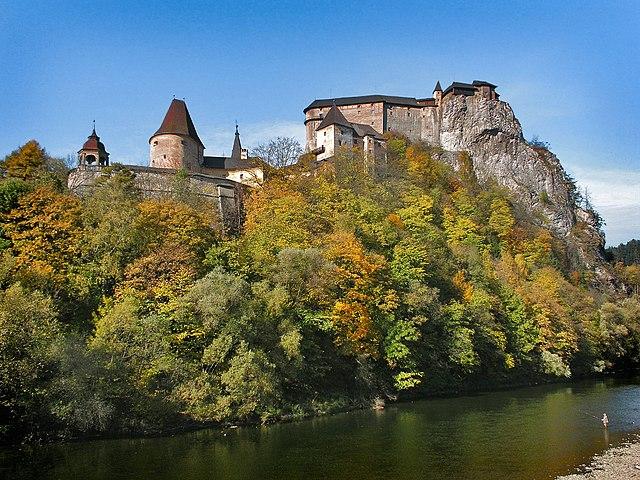 Oravský hrad je postavený na bradle