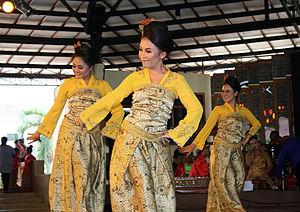 Sundanese dance - Jaipongan Mojang Priangan dance.